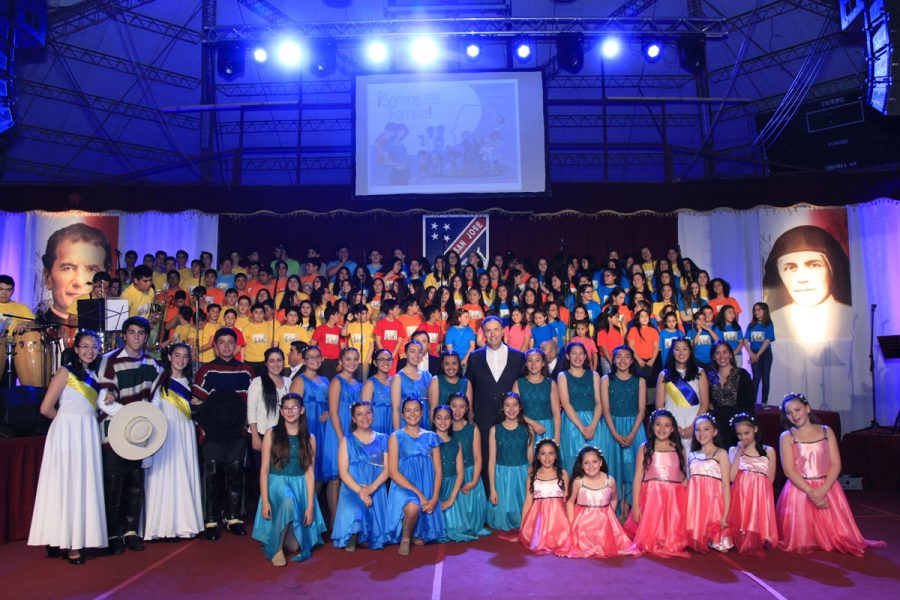 grupo cantata junto a rector mayor